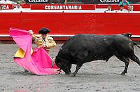 MANIZALES - COLOMBIA. 04-01-2016: Guillermo Valencia, lidiando a Fuego Azul de 428kg de peso de la ganadería de Salento durante la primera corrida, novillada, como parte de la versión número 60 de La Feria de Manizales 2016 que se lleva a cabo entre el 2 y el 10 de enero de 2016 en la ciudad de Manizales, Colombia. /  Guillermo Valencia, struggling to Blue Fire 428 kg of livestock Salento during the first bullfight, as part of the 60th version of Manizales Fair 2016 takes place between 2 and 10 January 2016 in the city of Manizales, Colombia. Photo: VizzorImage / Santiago Osorio / Cont