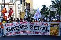 RIO DE JANEIRO, RJ, 21.05.2014 - MANIFESTACAO -  Servidores publicos que estão em greve a dois meses realizam manifesto para solicitar reajustes salarias e denunciaram a atitude do governo, que negou reajuste salarial entanto gasta 25 bilhões para da Copa da FIFA nesta quarta-feira, 21 na no centro da cidade do Rio de Janeiro. (Foto: Thiago Ribeiro - Brazil Photo Press).