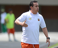 ENVIGADO -COLOMBIA-16-08-2014. Juan Carlos Sanchez técnico de Envigado FC gesticula durante partido contra Boyacá Chicó FC por la fecha 5 de la Liga Postobón II 2014 realizado en el Polideportivo Sur de la ciudad de Envigado./ Juan Carlos Sanchez coach of Envigado FC gestures during match against Boyaca Chico FC  for the 5th date of the Postobon League II 2014 at Polideportivo Sur in Envigado city.  Photo: VizzorImage/Luis Ríos/STR