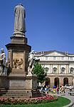 Italien, Lombardei, Mailand: Piazza della Scala - Platz vor der Mailänder Scala (Teatro alla Scala) mit Leonardo da Vinci Statue | Italy, Milan: Piazza della Scala - square at opera Teatro alla Scala w. Leonardo da Vinci statue