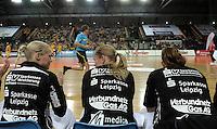 """1. Bundesliga Handball Damen - Frauen Handball BL DHB - Arena Leipzig - HC Leipzig : TSV Bayer 04 Leverkusen """"Handballelfen"""" - im Bild: Feature Bank Wechselbank Schiri Schiedsrichter . Foto: Norman Rembarz..Norman Rembarz , Autorennummer 41043728 , Augustenstrt. 2, 04317 Leipzig, Tel.: 01794887569, Hypovereinsbank: BLZ: 86020086, KN: 357889472, St.Nr.: 231/261/06432 - Jegliche kommerzielle Nutzung ist honorar- und mehrwertsteuerpflichtig! Persönlichkeitsrechte sind zu wahren. Es wird keine Haftung übernommen bei Verletzung von Rechten Dritter. Autoren-Nennung gem. §13 UrhGes. wird verlangt. Weitergabe an Dritte nur nach  vorheriger Absprache.."""