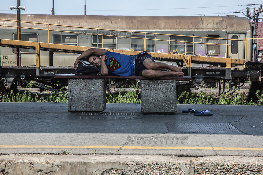 Migrante dorme in attesa alla stazione dei treni di Belgrado <br />