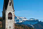 Italien, Suedtirol, Dolomiten, Groednertal, St. Ulrich: St. Jakobskirche, aelteste Kirche des Tales, vor Sellagruppe | Italy, South Tyrol, Alto Adige, Dolomites, Val Gardena, Ortisei: church San Giacomo, oldest church in the valley and Sella Group