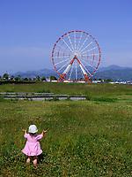 Kind beim Riesenrad am alten Hafen, Batumii, Adscharien - Atschara, Georgien, Europa<br /> child and giant wheel at the old harbor, Batumi, Adjara,  Georgia, Europe