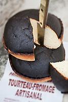 Europe/France/Poitou-Charentes/79/Deux-Sèvres/Arçais: Le tourteau fromager est une pâtisserie régionale, à base de fromage blanc de vache ou de chèvre. Traditionnellement le tourteau était consommé et distribué lors des mariages. Il est encore présent aujourd'hui lors des grands moments de convivialité, mais également à l'occasion du petit-déjeuner ou du goûter.