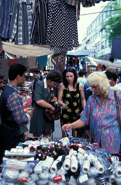 Touristes sur le marche, rue Cardicilar, quartier Beyazit. *** Tourists on the market, Cardicilar street, Beyazit district.