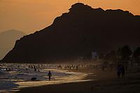 Bathers or vacationers on the beach at sunset in Bahia Kino Sonora, Mexico. hill (Photo: Luis Gutierrez / NortePhoto.com).<br /> <br /> Bañistas o vacacionistas en la playa al atardecer en bahia Kino  Sonora, Mexico. cerro(Photo: Luis Gutierrez / NortePhoto.com).