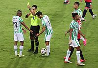 PEREIRA - COLOMBIA, 12-05-2021: Diego Mirko Haro Sueldo arbitro, muestra la tarjeta amarilla a Yerson Candelo de Nacional (COL) durante partido del grupo F fecha 4 entre Atletico Nacional (COL) y Club Nacional de Futbol (URU) por la Copa CONMEBOL Libertadores 2021 en el estadio Hernan Ramirez Villegas de la ciudad de Pereira. / Diego Mirko Haro Sueldo shows the yellow card to Yerson Candelo of Nacional (COL) during a match of the group F for the group phase, 4th date between between Atletico Nacional (COL) and Club Nacional de Futbol (URU) for the Copa CONMEBOL Libertadores 2021 at the Hernan Ramirez Villegas stadium in Pereira city. / Photo: VizzorImage / Pablo Bohorquez / Cont.