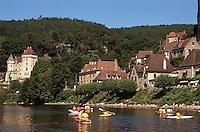 Europe/France/Aquitaine/24/Dordogne/La Roque Gageac: Navigation fluviale et maisons sur la berge