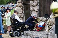 Image 9 de 18<br /> L'honorable Kent Hehr, ministre des Anciens Combattants et ministre associé de la Défense nationale, et l'honorable Lawrence Cannon, ambassadeur du Canada en France, déposent une couronne au Mémorial terre-neuvien à Beaumont-Hamel.<br /> <br /> Photo : Julien Faure
