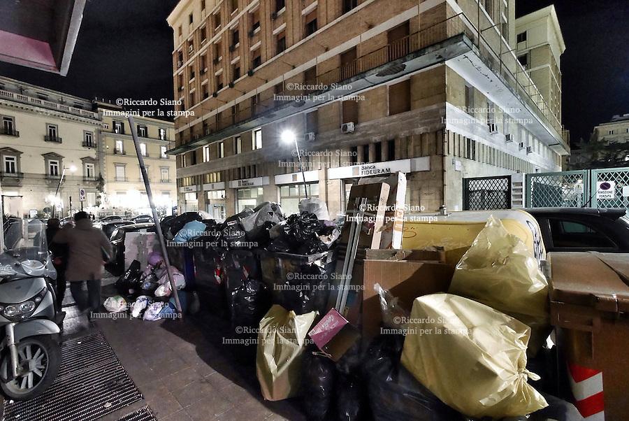 - NAPOLI 10 MAR  -  cumulo di rifiuti via dell'Incoronata (Ponte di Tappia)