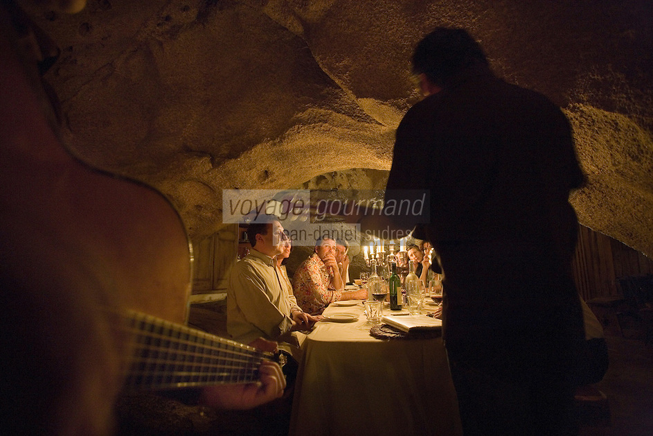 Europe/France/2A/Corse du Sud/ Murtoli: Domaine de Murtoli dans la vallée de l'Ortolo la grotte a étée aménagée en restaurant- Au restaurant de la grotte lors d'une soirée animée par Jean Menconi -Chants corses
