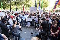 """Protest vor der Senatsverwaltung fuer Gesundheit und Soziales in Berlin fuer eine humanitaere Fluechtlingspolitik in Berlin.<br /> Am Mittwoch den 26.08.2015 protestierten ehrenamtliche Helferinnen und Helfer aus den behelfsmaessigen Erstaufnahmeeinrichtungen und Landesamt fuer Gesundheit und Soziales (LaGeSo) gegen die unhaltbaren Zustaende und die defacto Weigerung der Senatsverwaltung professionell zu helfen. """"Bei jedem Marathon schafft es diese Stadt Toiletten und Duschen fuer mehrere zentausend Menschen aufzustellen, aber bei Fluechtlingen bleibt sie untaetig!"""" so ein Redner. """"Mit Bekanntwerden der sich zunehmend verschlechternden Bedingungen am LaGeSo sind, aufgeschreckt und betroffen von den unmenschlichen Zustaenden, immer mehr Helferinnen und Helfer sowie Spender eingesprungen und haben etwas gezeigt, was Berlin ausmacht: Weltoffenheit, Hilfsbereitschaft und Mitgefuehl. Die Menschen handelten schnell, unbuerokratisch und in ihrer Freizeit, sogar im Urlaub. Wann handeln sie, Herr Czaja?""""<br /> Die Demonstranten forderten den Ruecktritt des Senators - """"Wer ueberfordert ist darf zuruecktreten Herr Czaja"""".<br /> Im Bild: Eine ehrenamtliche Helferin aus der LaGeSo berichtet ueber ihre unentgeldliche Arbeit und die ausbleibende Unterstuetzung von Senatsseite.<br /> 26.8.2015, Berlin<br /> Copyright: Christian-Ditsch.de<br /> [Inhaltsveraendernde Manipulation des Fotos nur nach ausdruecklicher Genehmigung des Fotografen. Vereinbarungen ueber Abtretung von Persoenlichkeitsrechten/Model Release der abgebildeten Person/Personen liegen nicht vor. NO MODEL RELEASE! Nur fuer Redaktionelle Zwecke. Don't publish without copyright Christian-Ditsch.de, Veroeffentlichung nur mit Fotografennennung, sowie gegen Honorar, MwSt. und Beleg. Konto: I N G - D i B a, IBAN DE58500105175400192269, BIC INGDDEFFXXX, Kontakt: post@christian-ditsch.de<br /> Bei der Bearbeitung der Dateiinformationen darf die Urheberkennzeichnung in den EXIF- und  IPTC-Daten nicht entfernt werden, diese sin"""