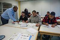 Sprachunterricht fuer Fluechtlinge bei der Handwerkskammer in Cottbus.<br /> In Zusammenarbeit mit dem regionalen Jobcenter, Fluechtlingshilfen und zustaendigen Behoerden versucht die Handwerkskammer Fluechtlingen eine Perspektive fuer Fluechtlinge zu schaffen. Zwischen bis zu 20 Fluechtlinge aus Eritrea, Afgahnistan, Syrien und Pakistan lernen hier Deutsch und bekommen die Moeglichkeit sich ueber die ausserbetrieblichen Ausbildungsmoeglichkeiten zu informieren oder bei Firmenbesuchen einen Ausbildungsplatz suchen.<br /> Entstanden ist diese Initiative der Handwerkskammer Cottbus aufgrund der geringen Zahl an Auszubildenden. Zu viele junge Menschen verlassen die Region. Dies bereitet den Handwerksbetrieben grosse Probleme.<br /> Im Bild: Der Sprachmittler Islam Ahmed (links) erklaert dem Fluechtling Ohmran aus Syrien Vokabeln.<br /> Rechts: Die Fluechtlinge Mahmod und Bashar, ebenfalls aus Syrien.<br /> 11.11.2015, Cottbus<br /> Copyright: Christian-Ditsch.de<br /> [Inhaltsveraendernde Manipulation des Fotos nur nach ausdruecklicher Genehmigung des Fotografen. Vereinbarungen ueber Abtretung von Persoenlichkeitsrechten/Model Release der abgebildeten Person/Personen liegen nicht vor. NO MODEL RELEASE! Nur fuer Redaktionelle Zwecke. Don't publish without copyright Christian-Ditsch.de, Veroeffentlichung nur mit Fotografennennung, sowie gegen Honorar, MwSt. und Beleg. Konto: I N G - D i B a, IBAN DE58500105175400192269, BIC INGDDEFFPakistan, Kontakt: post@christian-ditsch.de<br /> Bei der Bearbeitung der Dateiinformationen darf die Urheberkennzeichnung in den EXIF- und  IPTC-Daten nicht entfernt werden, diese sind in digitalen Medien nach §95c UrhG rechtlich geschuetzt. Der Urhebervermerk wird gemaess §13 UrhG verlangt.]