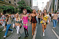 Passeata  Dia do Orgulho Gay na Avenida Paulista, São Paulo. 2000. Foto de Juca Martins.