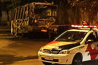 ATENÇÃO EDITOR: FOTO EMBARGADA PARA VEÍCULOS INTERNACIONAIS SÃO PAULO,SP,28 OUTUBRO 2012 - Duas lotações foram incendiadas  na noiteno bairro da Vila Guarani zona leste, segundo infotmações da Policia Militar homens armados em duas motos colocaram fogo nos veiculos estacionados ninguem ficou ferido, FOTO: ALE VIANNA -BRAZIL PHOTO PRESS).