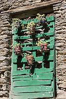 Europe/France/Languedoc-Roussillon/66/Pyrénées-Orientales/Conflent/Olette/Le hameau médiéval  d'Evol présente une remarquable homogénéité architecturale. Il possède en effet des murs de schistes et couvertures en lauzes, il fait parie des Plus Beaux Villages de France<br /> Détail vieille porte fleurie