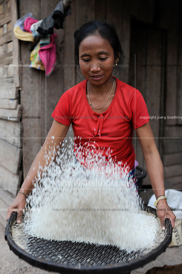 Asien LAOS Provinz Oudomxay Dorf Houyta , Ethnie Khmu , Frau trennt die Spreu vom Reiskorn /.Asia LAOS province Oudomxay , village Houyta, Khmu woman separate rice from chaff by winnowing, the rice is used to prepare sticky rice