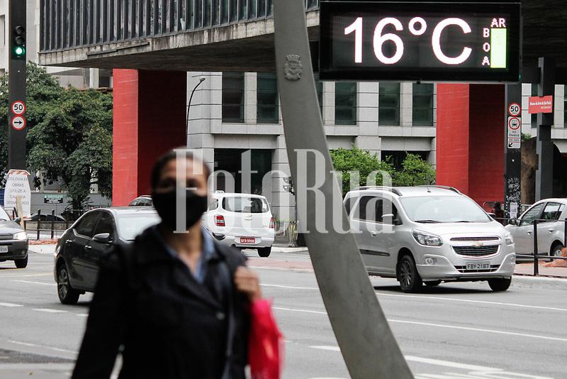 SÃO PAULO, SP, 21.09.2020: CLIMA-FRIO-AV-PAULISTA-SP - Pessoas se protegem do frio na avenida Paulista, região central de São Paulo, nesta manhã de segunda-feira, 21. As primeiras horas da manhã, seguem com céu encoberto e sensação de frio. A temperatura mínima prevista para hoje é de 15°C a máxima não deve ultrapassar a marca dos 17°C. As chuvas serão intermitentes com fraca intensidade e devem se manter ao longo do dia com essas características. As taxas de unidade se mantêm elevadas e acima dos 65%. (Foto: Fábio Vieira/FotoRua)