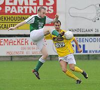 SC Wielsbeke - KM Torhout..Hendrik Reynaert haalt de bal uit de lucht voor de toekijkende Jessy Lebsir...foto VDB / BART VANDENBROUCKE