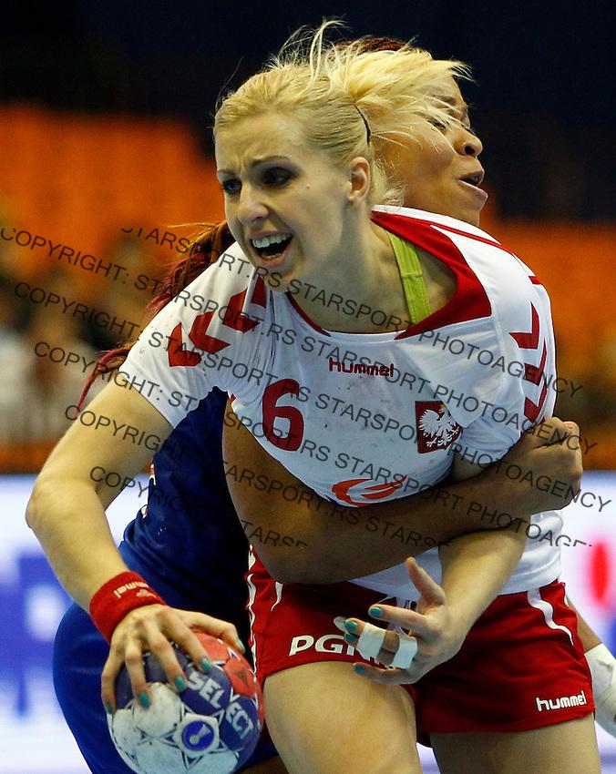 Poland's Karolina Siodmiak (C) in action during handball Women's World Championship quarter final match between Poland and France in Novi Sad, Serbia on Wednesday, December 18, 2013. (credit image & photo: Pedja Milosavljevic / STARSPORT / +318 64 1260 959 / thepedja@gmail.com)