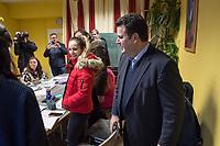 """Bundesarbeitsminister Hubertus Heil (SPD) und die Bochumer Reinigungskraft Susanne Holtkotte besuchten am Mittwoch den 20. November 2019 das Mehrgenerationenhaus """"Kreativhaus e.V."""" in Berlin-Mitte.<br /> Sie wollten mit den Rentnerinnen und Rentnern ueber das Thema Grundrente sprechen.<br /> Heil und Holtkotte hatten im Mai fuer einen Tag die Jobs getauscht, um einen Einblick in das Arbeitsleben des jeweils Anderen zu bekommen.<br /> Im Bild: Hubertus Heil besucht einen Deutschkurs im Mehrgenerationenhaus.<br /> 20.11.2019, Berlin<br /> Copyright: Christian-Ditsch.de<br /> [Inhaltsveraendernde Manipulation des Fotos nur nach ausdruecklicher Genehmigung des Fotografen. Vereinbarungen ueber Abtretung von Persoenlichkeitsrechten/Model Release der abgebildeten Person/Personen liegen nicht vor. NO MODEL RELEASE! Nur fuer Redaktionelle Zwecke. Don't publish without copyright Christian-Ditsch.de, Veroeffentlichung nur mit Fotografennennung, sowie gegen Honorar, MwSt. und Beleg. Konto: I N G - D i B a, IBAN DE58500105175400192269, BIC INGDDEFFXXX, Kontakt: post@christian-ditsch.de<br /> Bei der Bearbeitung der Dateiinformationen darf die Urheberkennzeichnung in den EXIF- und  IPTC-Daten nicht entfernt werden, diese sind in digitalen Medien nach §95c UrhG rechtlich geschuetzt. Der Urhebervermerk wird gemaess §13 UrhG verlangt.]"""