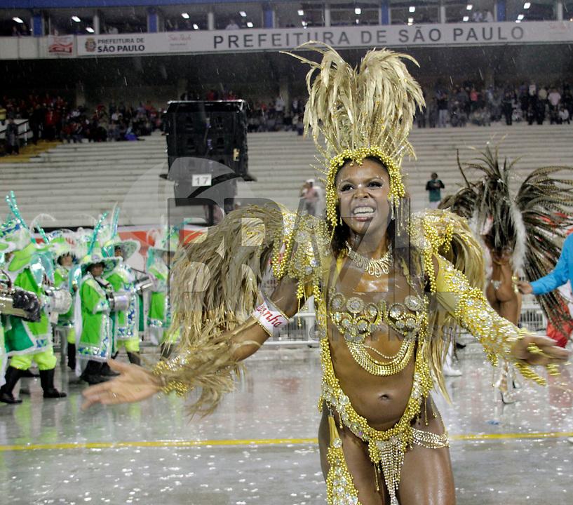 SÃO PAULO, SP, 07 DE MARÇO DE 2011 - CARNAVAL 2011 /LEANDRO DE ITAQUERA - integrantes da Leandreo de Itaquera  durante desfile da escola no Grupo de acesso de São Paulo, no Sambódromo do Anhembi, zona norte da capital paulista, na madrugada desta segunda. (07). (FOTO:ALE VIANNA / NEWS FREE)