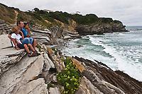 Europe/France/Aquitaine/64/Pyrénées-Atlantiques/Pays-Basque/Saint-Jean-de-Luz: Pêre et enfants sur les falaises de Schiste de  la Pointe Sainte-Barbe  [Autorisation : 2011-124]