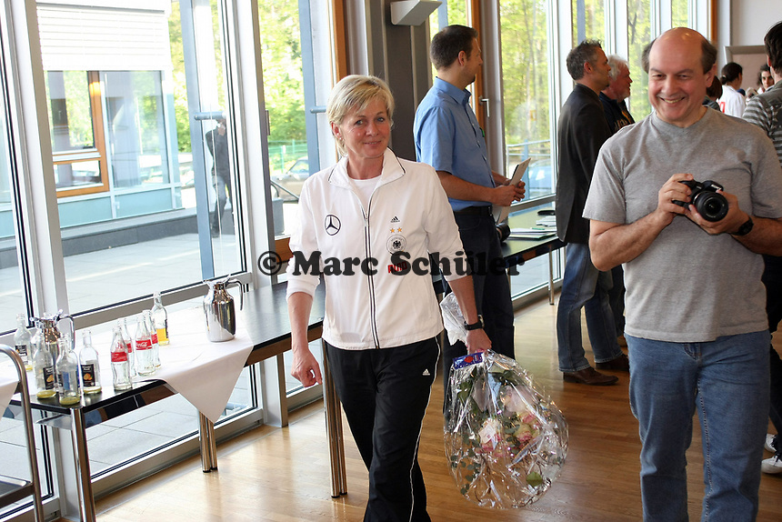 Bundestrainerin Silvia Neid (D) mit Blumenstrauss<br /> PK zum Laenderspiel Deutschland vs. Brasilien *** Local Caption *** Foto ist honorarpflichtig! zzgl. gesetzl. MwSt. Auf Anfrage in hoeherer Qualitaet/Aufloesung. Belegexemplar an: Marc Schueler, Am Ziegelfalltor 4, 64625 Bensheim, Tel. +49 (0) 151 11 65 49 88, www.gameday-mediaservices.de. Email: marc.schueler@gameday-mediaservices.de, Bankverbindung: Volksbank Bergstrasse, Kto.: 151297, BLZ: 50960101