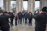 """Veranstaltung am Dienstag den 5. Januar 2021 vor dem sow. Ehrenmal in Berlin-Tiergarten anlaesslich der Uebergabe einer Spende von 100.200,-€ an die """"Vereinigung der Offiziere Russlands"""", vertreten durch Oleg Sergeevich Eremenko, fuer russische Weltkriegsveteranen, Ueberlebende der deutschen Konzentrationslager und der Blockade Leningrads durch die Deutsche Wehrmacht im Zweiten Weltkrieg.<br /> Die Spendenaktion wurde organisiert und unterstuetzt durch die Glinka-Gesellschaft Berlin e.V., Veteranen der DDR-Volksarmee, dem Fallschirmjaeger Traditionsverband Ost e.V. und das verschwoerungsideologische Internetportal KenFM.<br /> 5.1.2021, Berlin<br /> Copyright: Christian-Ditsch.de"""