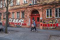 """Aus Protest gegen die Weigerung der Bundesregierung und der Europaeischen Union Menschen aus den ueberfuellten griechischen Fluechtlingslagern zu evakuieren, haben Anwohner in Berlin-Kreuzberg den Schriftzug """"#Leave No One Behind"""" (Lasst niemanden zurueck) plakatiert.<br /> 5.4.2020, Berlin<br /> Copyright: Christian-Ditsch.de<br /> [NUR FUER REDAKTIONELLE ZWECKE! Werbung nur auf Anfrage beim Fotografen. Inhaltsveraendernde Manipulation des Fotos nur nach ausdruecklicher Genehmigung des Fotografen. Vereinbarungen ueber Abtretung von Persoenlichkeitsrechten/Model Release der abgebildeten Person/Personen liegen nicht vor. NO MODEL RELEASE! Don't publish without copyright Christian-Ditsch.de, Veroeffentlichung nur mit Fotografennennung, sowie gegen Honorar, MwSt. und Beleg. Konto: I N G - D i B a, IBAN DE58500105175400192269, BIC INGDDEFFXXX, Kontakt: post@christian-ditsch.de<br /> Bei der Bearbeitung der Dateiinformationen darf die Urheberkennzeichnung in den EXIF- und  IPTC-Daten nicht entfernt werden, diese sind in digitalen Medien nach §95c UrhG rechtlich geschuetzt. Der Urhebervermerk wird gemaess §13 UrhG verlangt.]"""