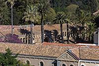 Europe/France/Provence-Alpes-Côte d'Azur/Alpes-Maritimes/Cannes: îIes de Lérins, île de Saint-Honorat /Abbaye de Saint Honorat: L'église abbatiale et le monastère de l'abbaye de Lérins.// Europe/France/Provence-Alpes-Côte d'Azur/Alpes-Maritimes/Cannes:  Lerins island of Saint Honorat: Church and monastery of the Lérins Abbey.