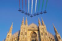 """- la cattedrale, il Duomo sorvolata dalle """"Frecce Tricolori"""", pattuglia acrobatica nazionale dell'Aeronautica Militare<br /> <br /> - the cathedral the Duomo flown over by the """" Tricolor Arrows """", national air force acrobatic team"""