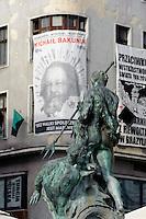 Brunnen vor von Anarchisten bestztem Haus am Rynek in Posnan (Posen), Woiwodschaft Großpolen (Województwo wielkopolskie), Polen Europa<br /> Fountain and House occupied by anarchists at Rynek in Pozan, Poland, Europe