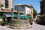 France, Languedoc-Roussillon, Département Aude, Carcassonne: street scene with medieval fountain within the City (la Cite) | Frankreich, Languedoc-Roussillon, Département Aude, Carcassonne: Cité de Carcassonne, seit 1997 Weltkulturerbe der UNESCO, mittelalterlicher Brunnen im Zentrum