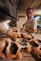 Europe/France/Provence-Alpes-Côte d'Azur/84/Vaucluse/Lubéron/Apt: Jean-louis Vallocco, boulanger: Le Fournil du Luberon, prépare une fougasse aux olives