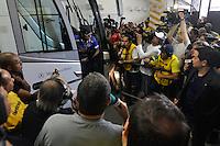 SÃO PAULO, SP, 06 DE MAIO DE 2012 - FINAL DO CAMPEONATO PAULISTA - SANTOS x GUARANI: Jogador Neymar desce do onibus ao chegar ao Morumbi  antes da partida Santos x Guarani, primeira partida da final do Campeonato Paulista no Estádio do Morumbi. FOTO: LEVI BIANCO - BRAZIL PHOTO PRESS