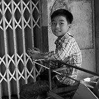 Un garcon jouant sur un telephone, Le jour du tet ; le nouvel an vietnamien, 5 fevrier 2019 <br /> <br /> Boy play game on phone, on Tet Day, Feb 5, 2019.
