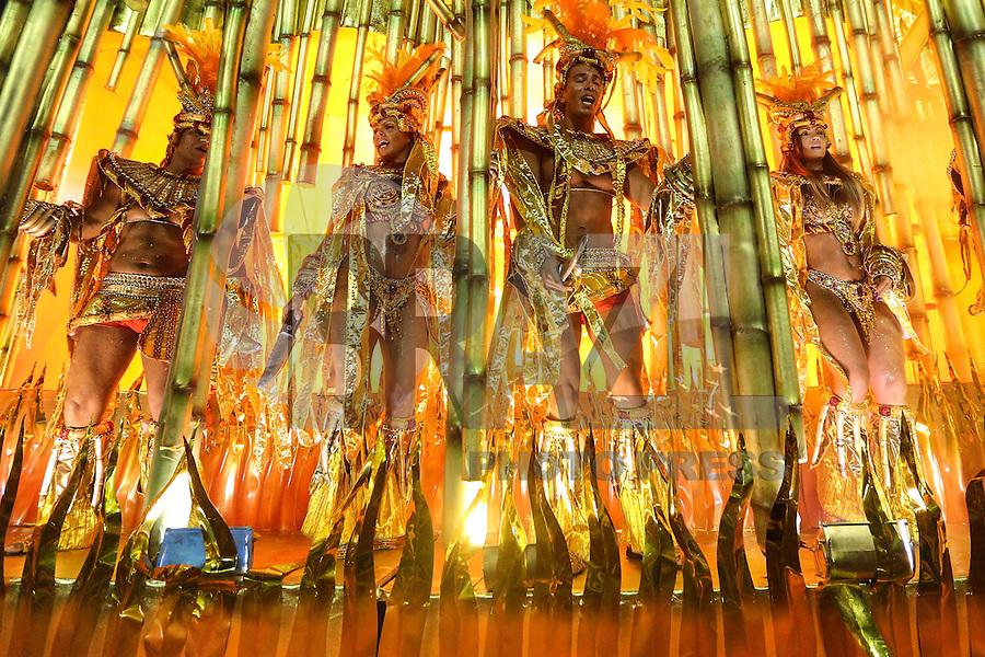 RIO DE JANEIRO, RJ, 08.02.2016 - CARNAVAL-RJ - Integrantes da escola de samba Vila Isabel durante segundo dia de desfiles do grupo especial do Carnaval do Rio de Janeiro no Sambódromo Marquês de Sapucaí na região central da capital fluminense na noite desta segunda-feira, 08. (Foto: Vanessa Carvalho/Brazil Photo Press)