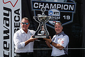 Jay Frye of IndyCar and HPD President Ted Klaus with the Manufacturers' Championship trophy presented to Honda