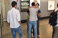 Fluechtlinspaten Syrien e.V. in Berlin.<br /> Empfang der Mutter und Brueder von Majd am Flughafen Tegel.<br /> Im Bild: Der 21jaehrige Majd aus Syrien (Mitte mit beigem Hemd) umarmt seinen geretteten Bruder.<br /> Links: Der Cousin von Majd.<br /> 17.6.2015, Berlin<br /> Copyright: Christian-Ditsch.de<br /> [Inhaltsveraendernde Manipulation des Fotos nur nach ausdruecklicher Genehmigung des Fotografen. Vereinbarungen ueber Abtretung von Persoenlichkeitsrechten/Model Release der abgebildeten Person/Personen liegen nicht vor. NO MODEL RELEASE! Nur fuer Redaktionelle Zwecke. Don't publish without copyright Christian-Ditsch.de, Veroeffentlichung nur mit Fotografennennung, sowie gegen Honorar, MwSt. und Beleg. Konto: I N G - D i B a, IBAN DE58500105175400192269, BIC INGDDEFFXXX, Kontakt: post@christian-ditsch.de<br /> Bei der Bearbeitung der Dateiinformationen darf die Urheberkennzeichnung in den EXIF- und  IPTC-Daten nicht entfernt werden, diese sind in digitalen Medien nach §95c UrhG rechtlich geschuetzt. Der Urhebervermerk wird gemaess §13 UrhG verlangt.]