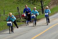 4415 / Schulweg: AMERIKA, VEREINIGTE STAATEN VON AMERIKA,PENNSYLVANIA,  (AMERICA, UNITED STATES OF AMERICA), 14.09.2006: Amisch, Amish Kinder, Schulweg, die Amisch Kinder gehen auf eine eigene Schule, Scouter, Roller