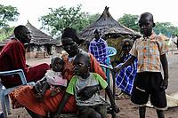SOUTH SUDAN, Lakes State, village Mapuordit, Dinka family with children/ SUED-SUDAN, Bahr el Ghazal region , Lakes State, Dorf Mapuordit, Dinka Familie mit Kindern