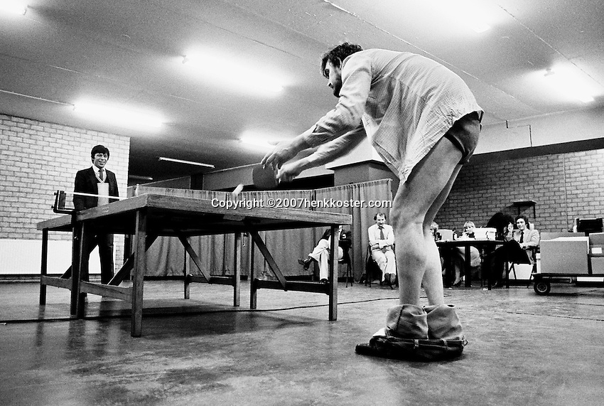 1981, ABN WTT, Telegraaf reporter  Rob Hoogland plays with handicap tabletennis against tournament director Peter Bonthuis