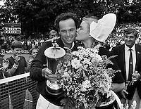 1982, Hilversum, Dutch Open, Melkhuisje, Balasz Taroczy receives a kid from a girl in traditional Dutch costume, left tournament director Piet van Eijsden.