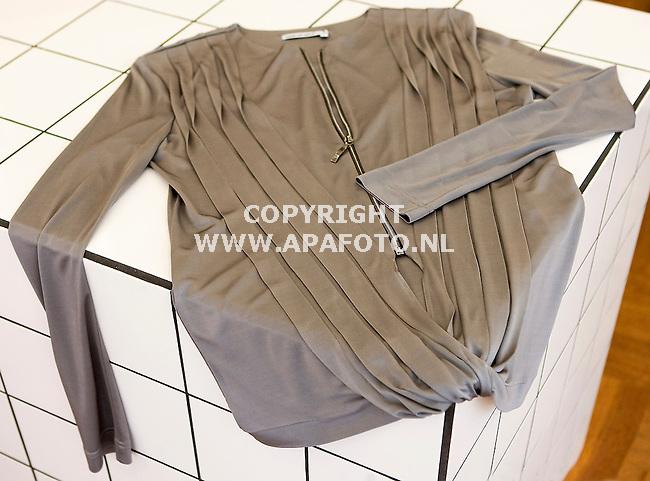 Arnhem 210910 Modewinkel Coming Soon<br /> Grijze top met rits Anne de Grijff<br /> Foto Frans Ypma APA-foto