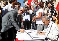Il leader di Sinistra Ecologia Liberta' Nichi Vendola firma per i referendum dei Radicali su giustizia e diritti umani e civili, a Roma, 5 settembre 2013.<br /> UPDATE IMAGES PRESS/Isabella Bonotto