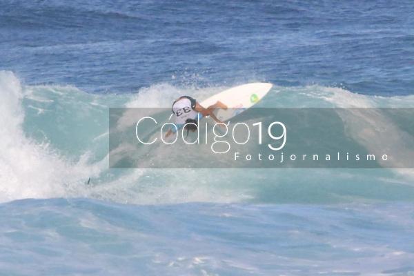 RJ. RIO DE JANEIRO. 22.06.19. MUNDIAL DE SURF. A brasileira Silvana Lima passa pela havaiana Malia Manuel na fase 16  do campeonato mundial de surf na praia de Itaúna,  Saquarema, estado do Rio de Janeiro. (Foto: Ellan Lustosa / Codigo19)