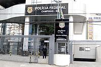 Campinas (SP), 11/08/2020 - Policia - O MPSP, por meio da Promotoria de Caraguatatuba, a Polícia Federal, a Polícia Civil e a PM deflagram na manhã desta terça-feira (11) a Operação Código de Ética contra tráfico de drogas. Estão sendo cumpridos 48 mandados de prisão e 64 de buscas e apreensões. As ações acontecem em Caraguatatuba, São Sebastião, Ubatuba, Taubaté e Campinas.<br />  <br /> A força-tarefa, composta por 250 agentes, foi batizada como Código de Ética por ter diversos advogados entre os denunciados. Na foto chegada de policiais na Policia Federal de Campinas (SP).