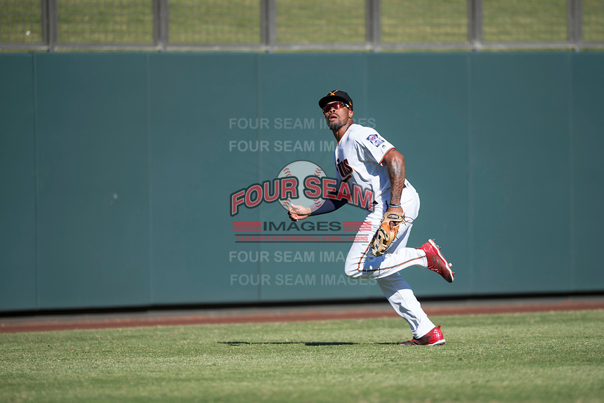 Salt River Rafters left fielder Jaylin Davis (30), of the Minnesota Twins organization, pursues a fly ball during an Arizona Fall League game against the Glendale Desert Dogs at Salt River Fields at Talking Stick on October 31, 2018 in Scottsdale, Arizona. Glendale defeated Salt River 12-6 in extra innings. (Zachary Lucy/Four Seam Images)